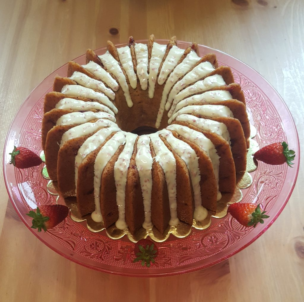 Receta de Bundt Cake de fresas con glaseado de chocolate blanco de fresas