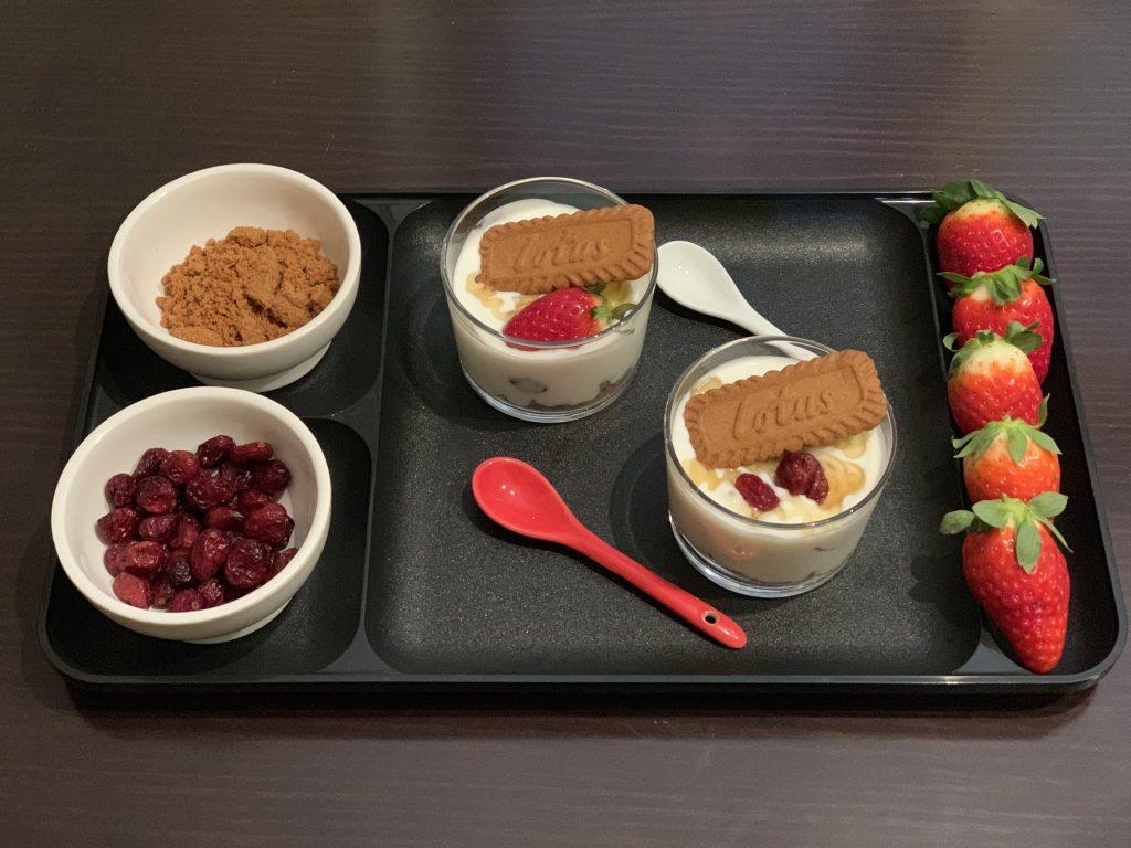 Receta de Vasitos de yogurt con fruta y galletas Lotus